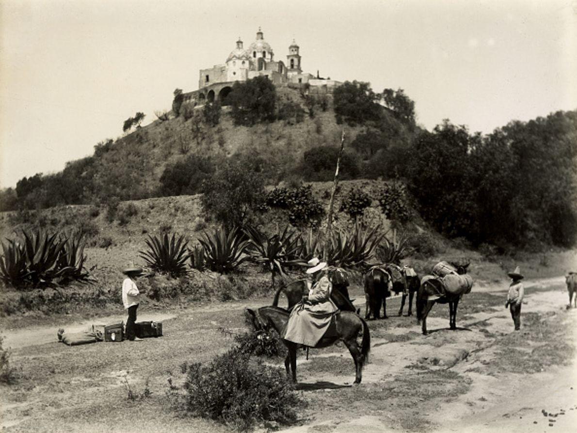 Sur cette photographie datant de 1900, on peut voir la Grande Pyramide de Cholula, au Mexique, ...
