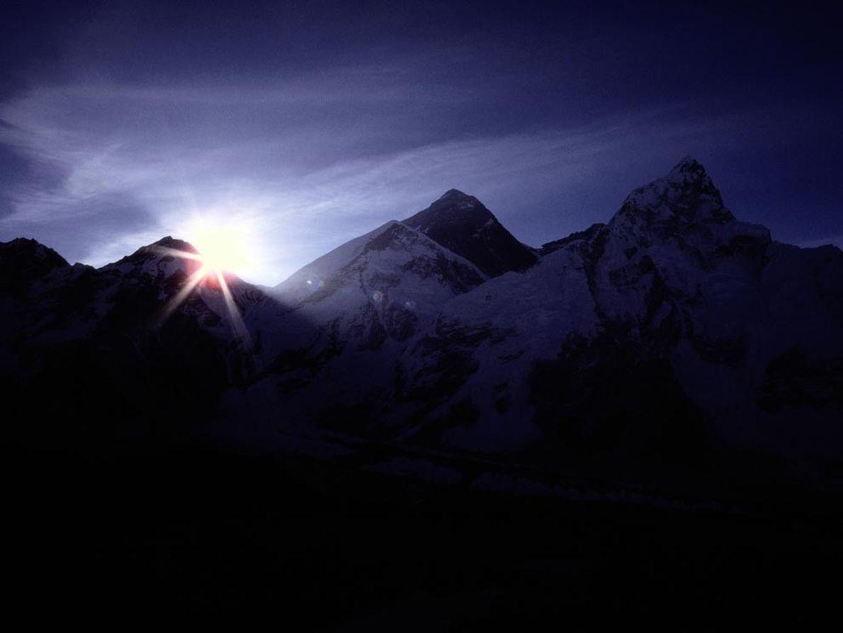 Le soleil qui se lève illumine le sommet enneigé de l'Everest. Avec ses 8 850 mètres ...