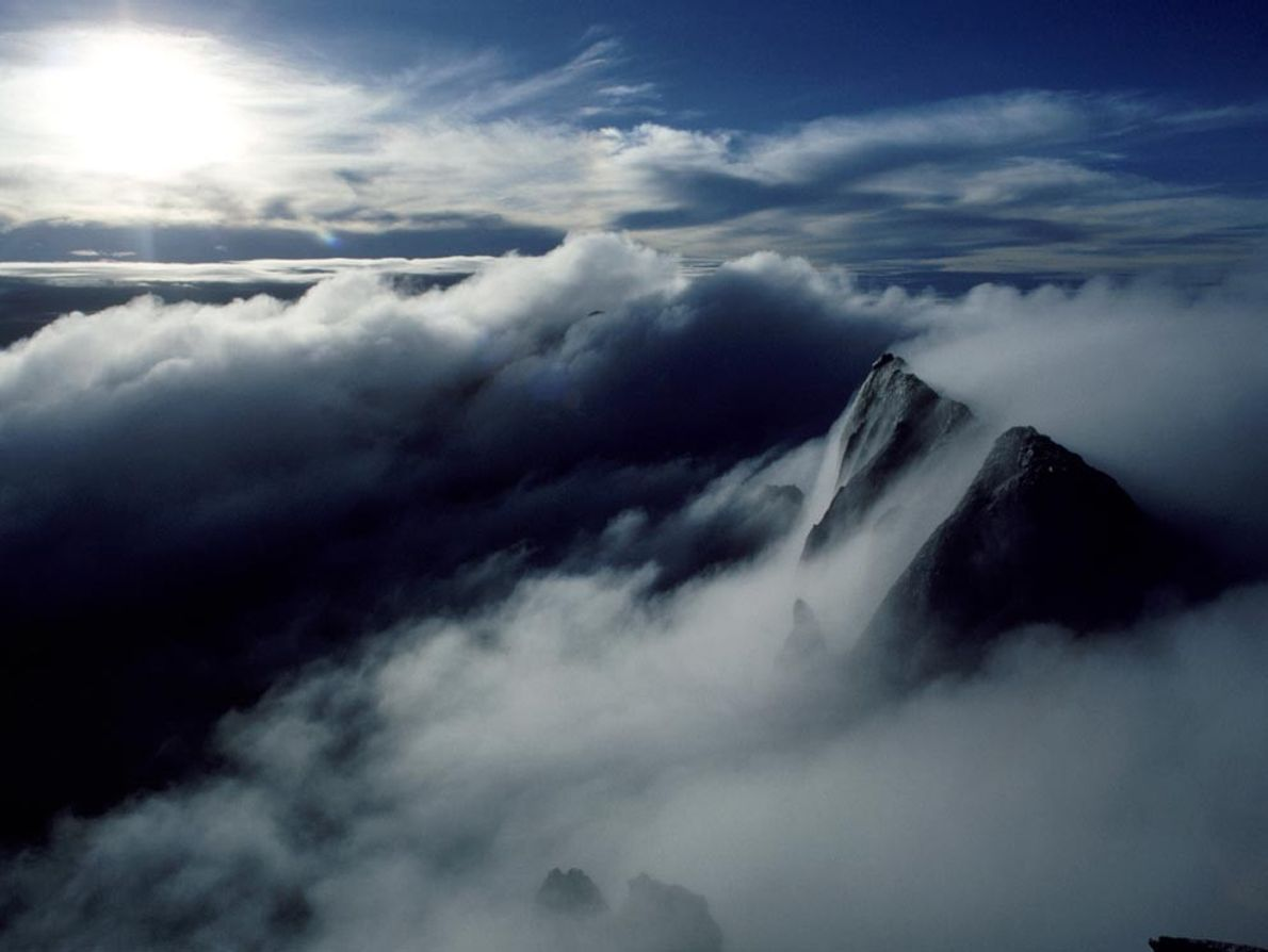 La brume enveloppe le sommet du mont Kinabalu, en Malaisie. Anciennement connu sous le nom du ...