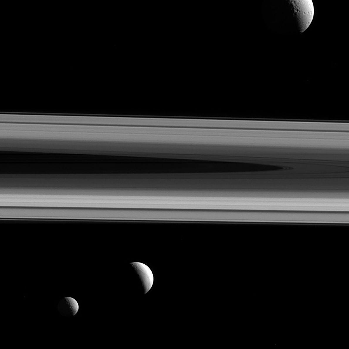 Trois des lunes de Saturne - Téthys, Enceladus, et Mimas apparaissent sur ces photos prises par ...