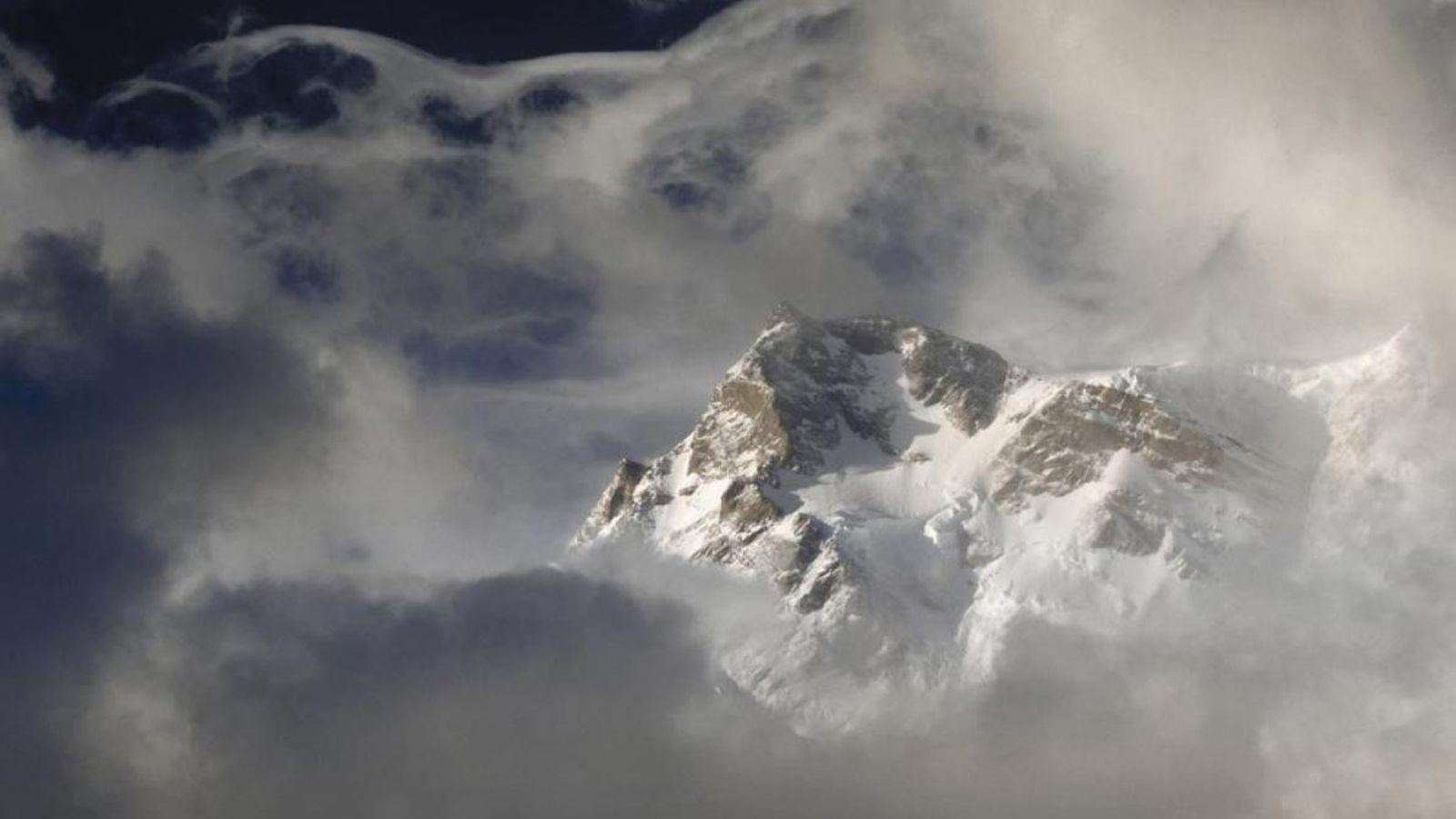 Les nuages entourent le sommet du Nanga Parbat, une montagne escarpée de l'Himalaya, qui s'élève à ...