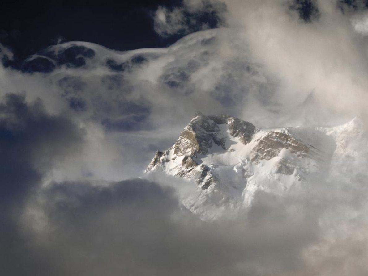 Le Nanga Parbat, une montagne à la paroi escarpée de l'Ouest de l'Himalaya, a la tête ...