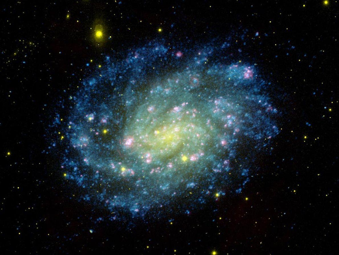 Une image en couleur composite montre la galaxie NGC 300, une galaxie spirale semblable à la ...