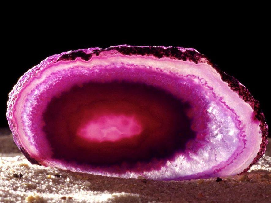 Une calcédoine rose dévoile sa beauté. Les calcédoines englobent de nombreuses sortes de pierres de quartz ...
