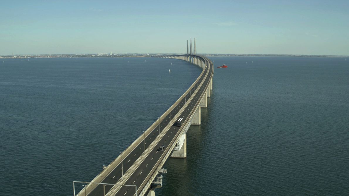 Suède : le pont routier et ferroviaire de l'Øresund relie la Suède et le Danemark sur 8 ...