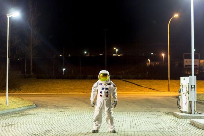 Vêtu d'une réplique d'une combinaison spatiale du programme Apollo, Örlygur Hnefill Örlygsson prend la pose dans ...