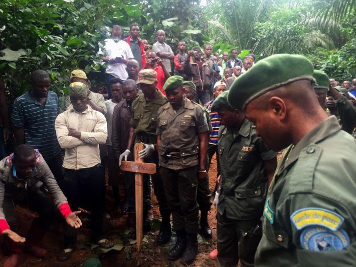 Les gardes de la réserve faunique d'okapis se recueillent tandis que le corps de leurs collègues ...