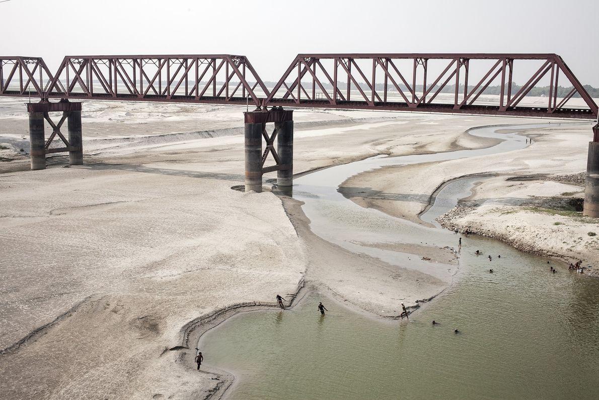 Chaque année pendant la saison sèche, les eaux du Gange à la frontière du Bangladesh se ...
