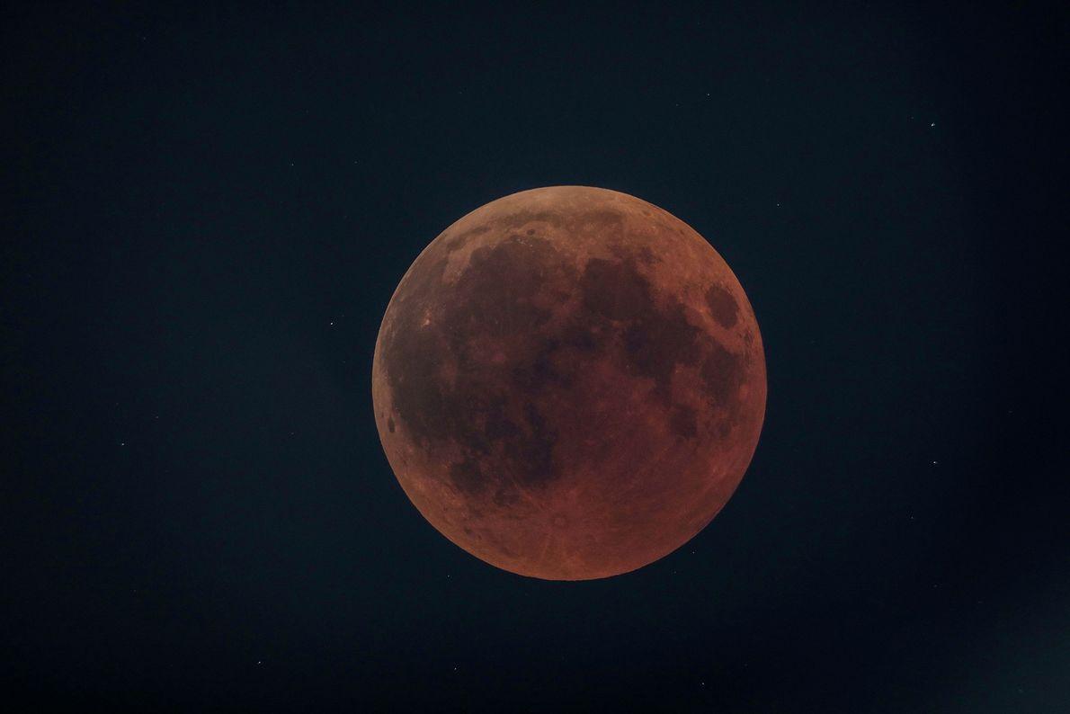 La lune rousse illumine la ville d'Oloika au Kenya, le 27 juillet.