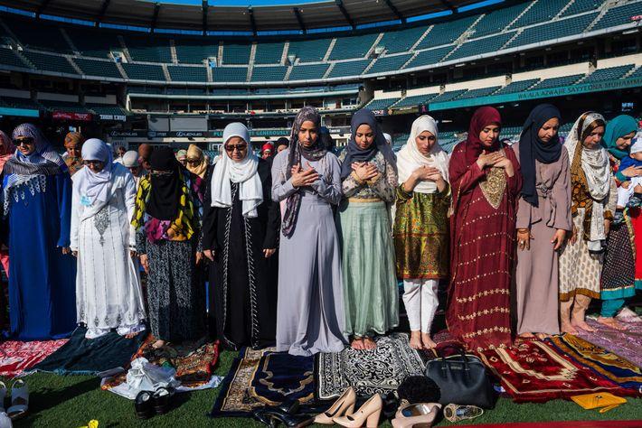 Dans l'Angel Stadium d'Anaheim en Californie, des femmes musulmanes prient lors de l'Eid al-Fitr, une fête ...