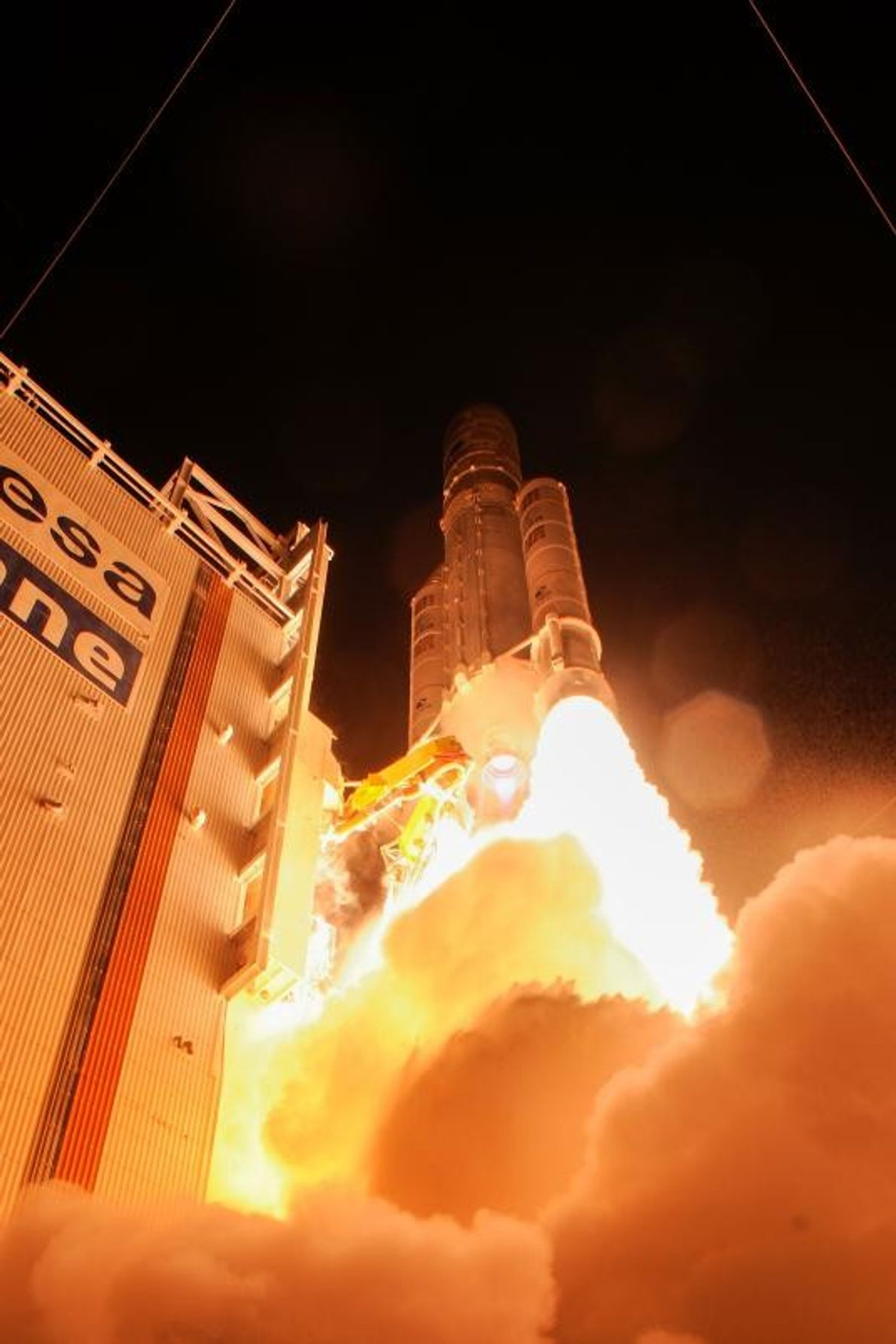 Une fusée éclairante illumine la nuit du 20 octobre, alors que le vaisseau spatial BepiColombo décolle ...