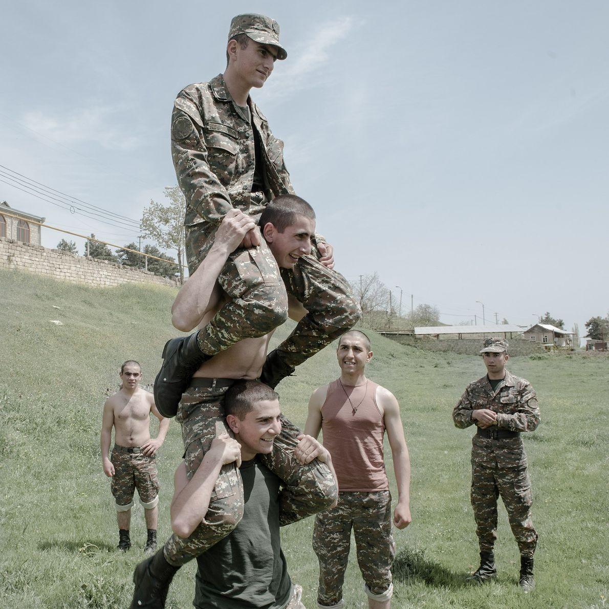 Un moment de détente pour les jeunes soldats arméniens et les autres qui appartiennent aux minorités ...