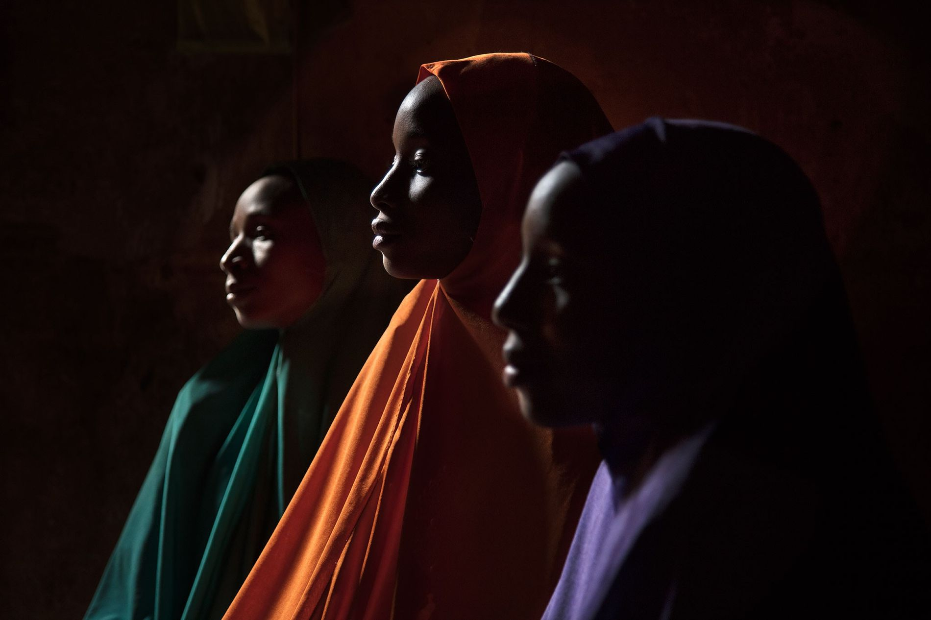 Ya Kaka est photographiée ici avec ses sœurs Yagana, 21 ans (à gauche), et Falimata, 14 ans (à droite). Toutes trois ont été enlevées et retenues en captivité par Boko Haram. Le petit frère et la plus jeune sœur de Ya Kaka, âgés respectivement de 6 et 5 ans, ont également été enlevés, mais on ignore où ils se trouvent.
