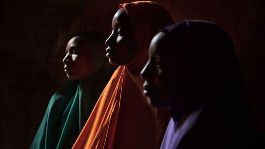 Ya Kaka est photographiée ici avec ses sœurs Yagana, 21 ans (à gauche), et Falimata, 14 ...