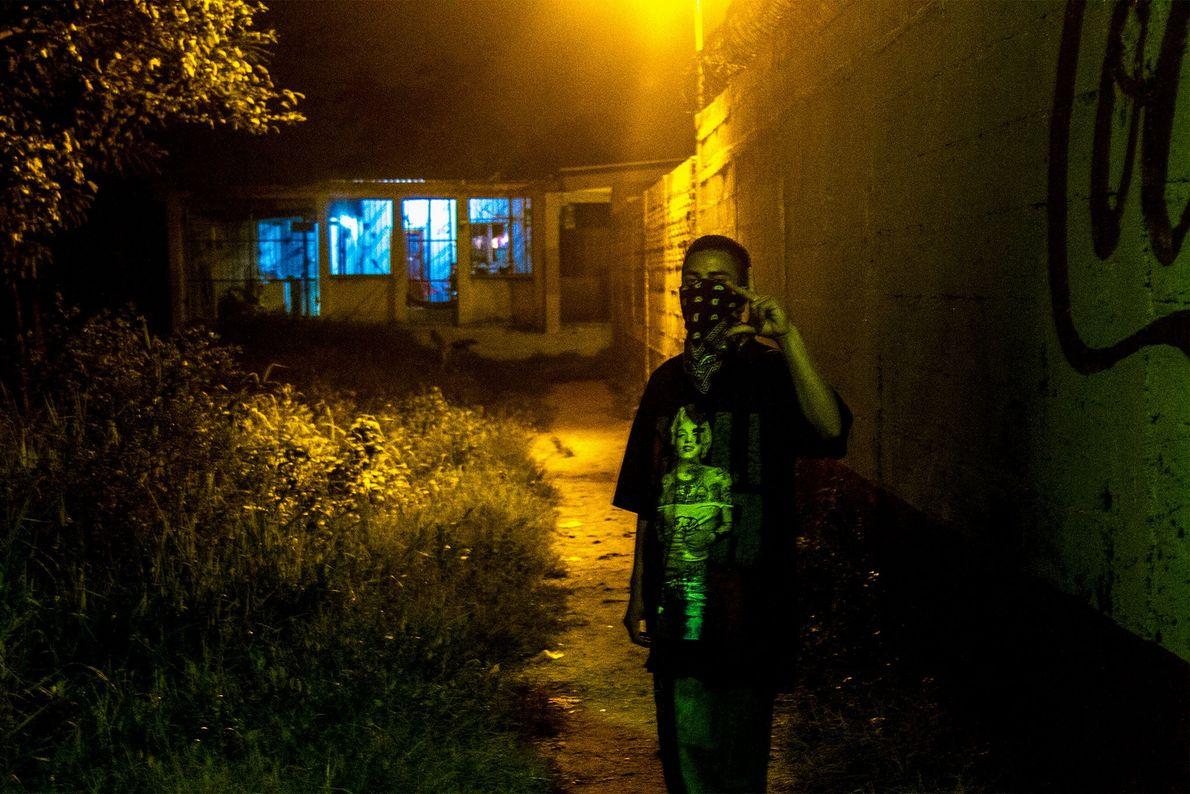 Furia fait le signe de reconnaissance de son gang dans une ruelle de son territoire. Les ...