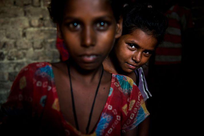 Chandni regarde sa soeur Kisna. Elles ont toutes les deux neuf ans. Cela fait deux ans ...