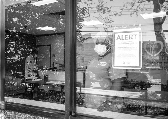 Joan Martin et ses collègues infirmiers n'ont pas quitté le centre de soins où ils travaillent ...