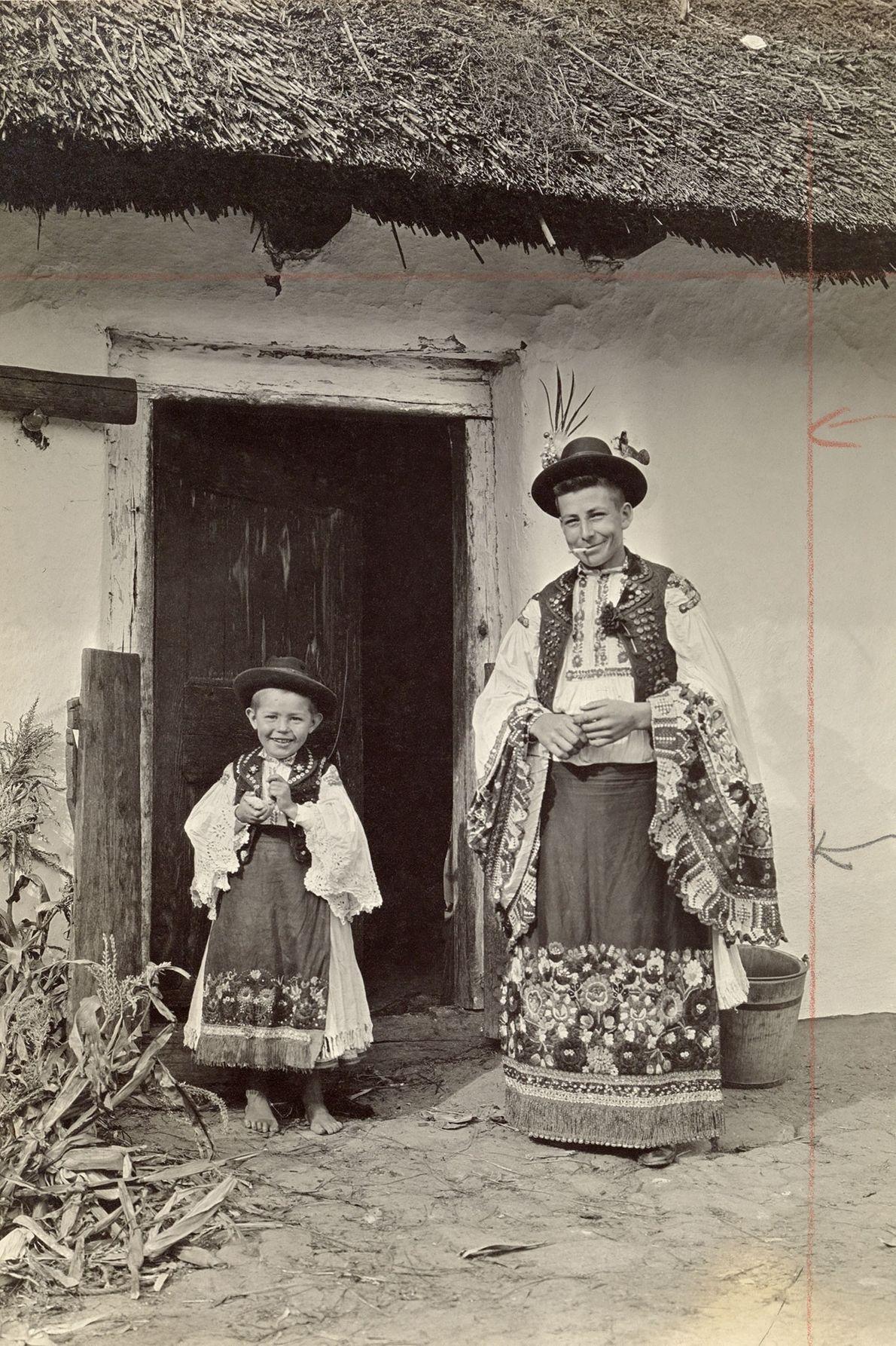 Sur ce cliché datant du début des années 1900, un père et son fils prennent la ...