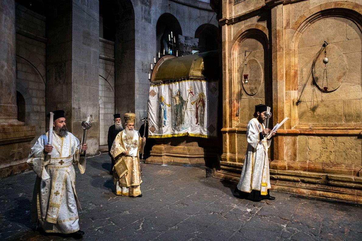 Le patriarche orthodoxe de Jérusalem, Théophile III (au centre), fait le tour de l'Édicule dans une église ...
