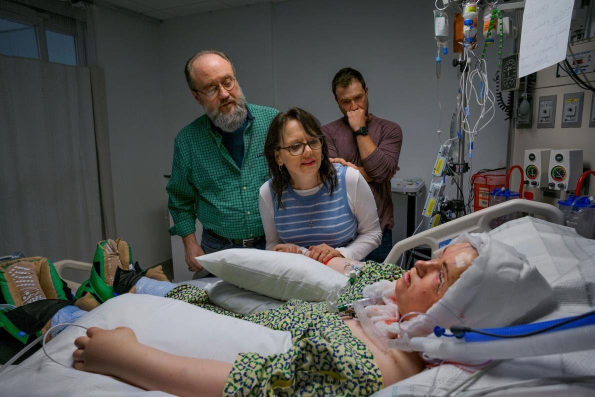 La famille de Katie regarde son nouveau visage après la greffe totale. Pendant la procédure, les ...
