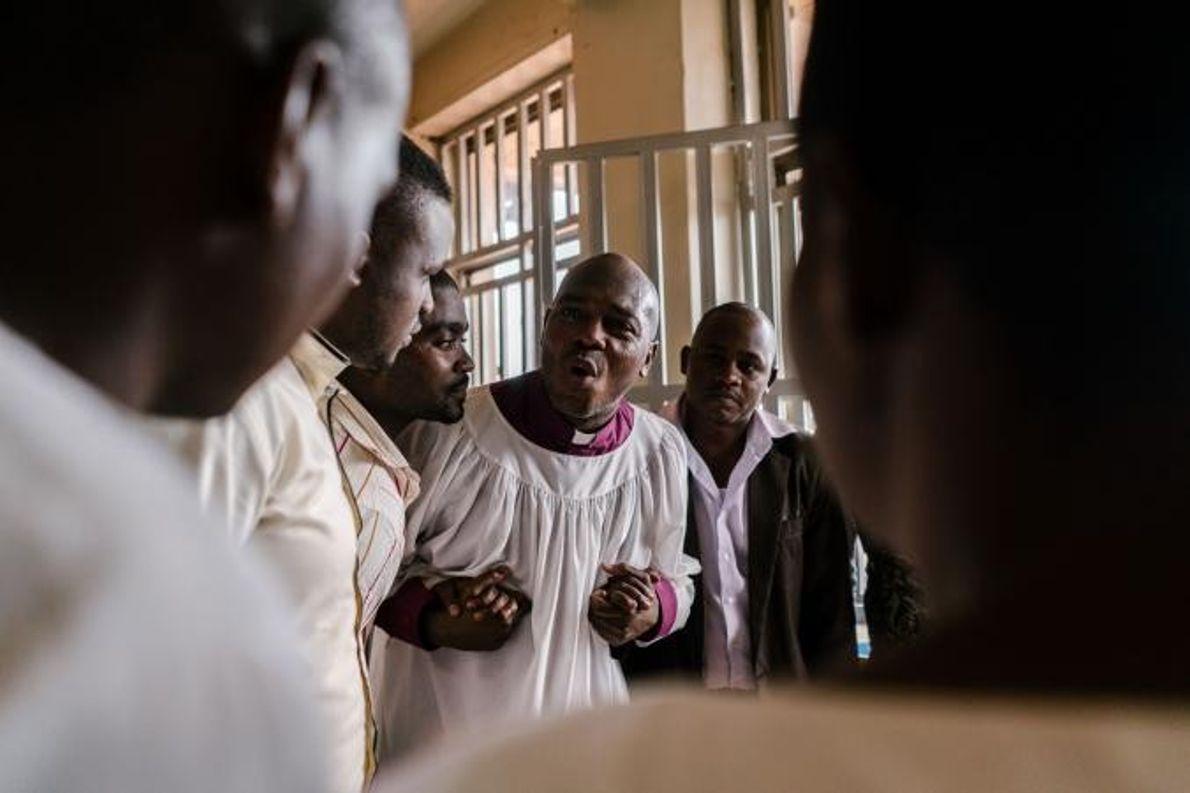 Joseph Tolton, pasteur gay new-yorkais, parle avec des pasteurs ougandais après un service religieux. Tolton vient ...