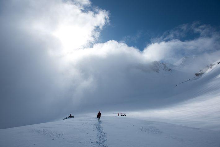 Eddy Cartaya et d'autres membres de l'équipe, dont le photographe Guth, quittent une grotte glaciaire où ...