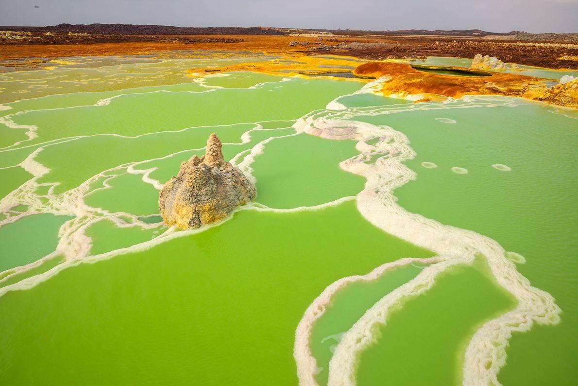 La source chaude de Dallol en Éthiopie passe du blanc et gris au jaune et finalement ...