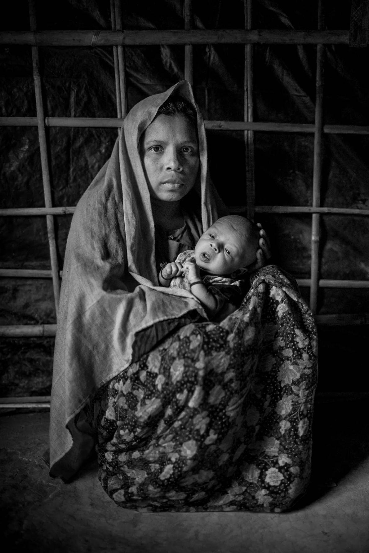 Rokeya Begum tient dans ses bras son bébé âgé de 15 jours qui n'a pas de ...