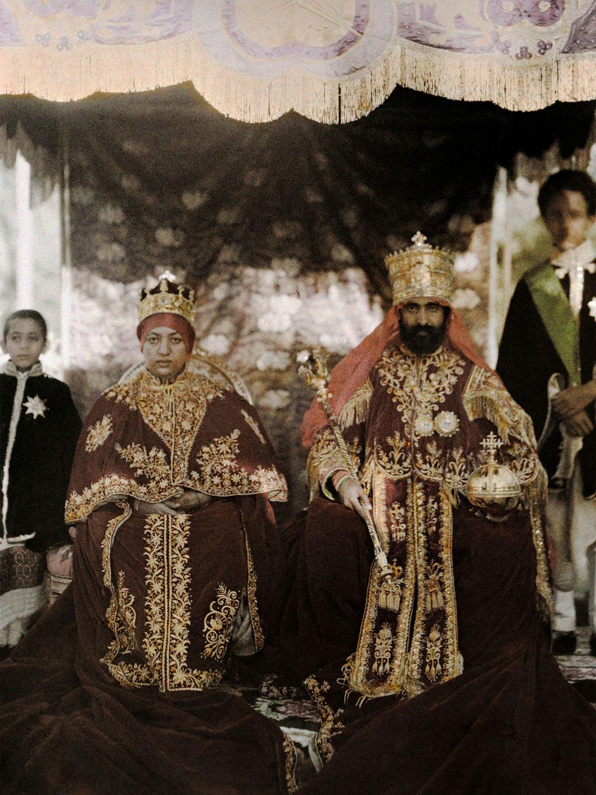 L'empereur Haïlé Sélassié Ier et l'impératrice Menen Asfaw prennent la pose dans leurs costumes en Éthiopie. ...