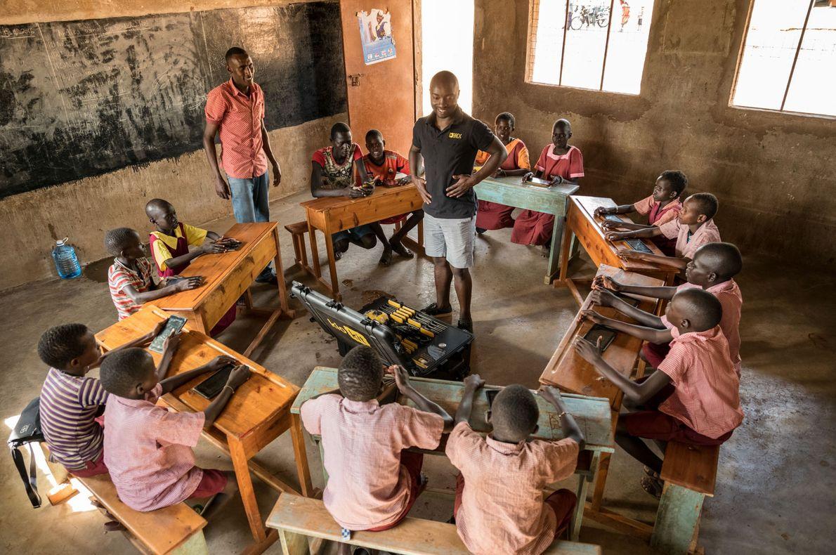 Une matinée de cours avec BRCK Education et leurs Kio kit à l'école Kiltamany. Elijah Njogh, ...
