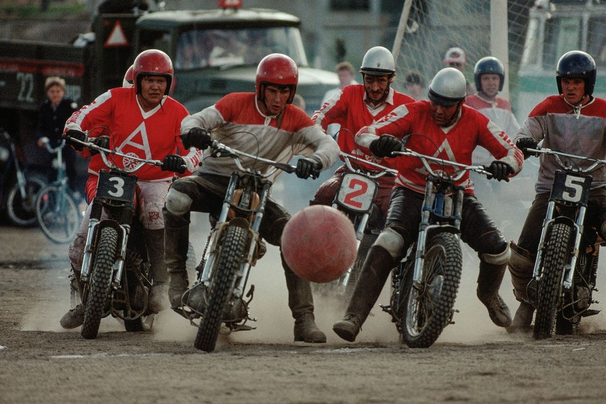 En Sibérie, en Russie, un groupe de motards jouent au moto-ball, un sport qui puise son ...