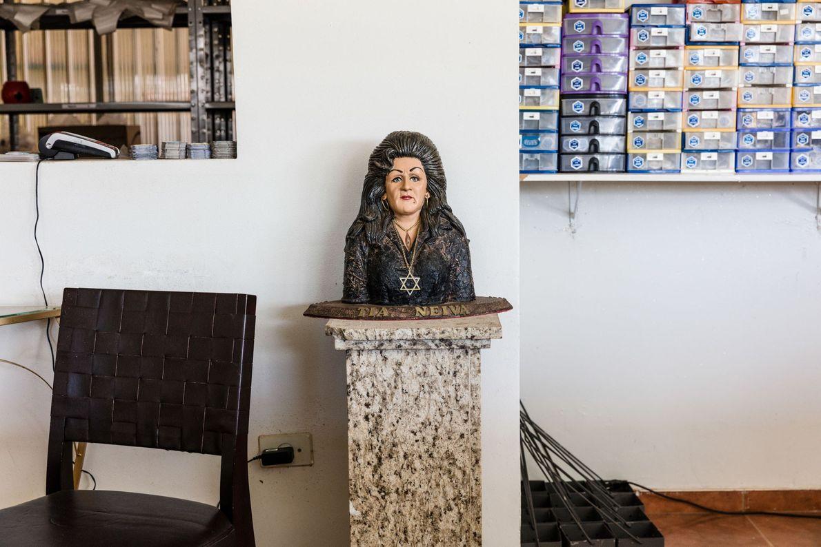 Dans un magasin voisin, une sculpture de Neiva Chaves Zelaya trône sur une colonne. La majorité ...