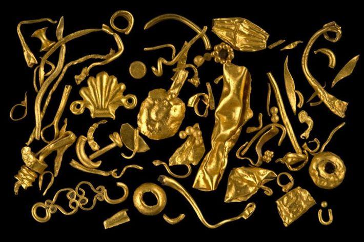 Trésors des ruines englouties de la ville de Canopus - pendentifs, perles, fermoirs et autres ornements ...