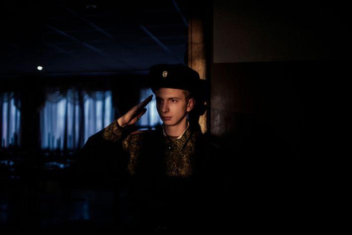 Un jeune cadet salue ses supérieurs à l'école G.T. Beregovoj Military Lyceum de Donetsk. Depuis le ...