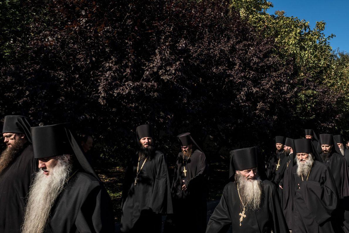 Conformément à la tradition ancienne, les moines orthodoxes affichent de longues barbes et portent des soutanes ...