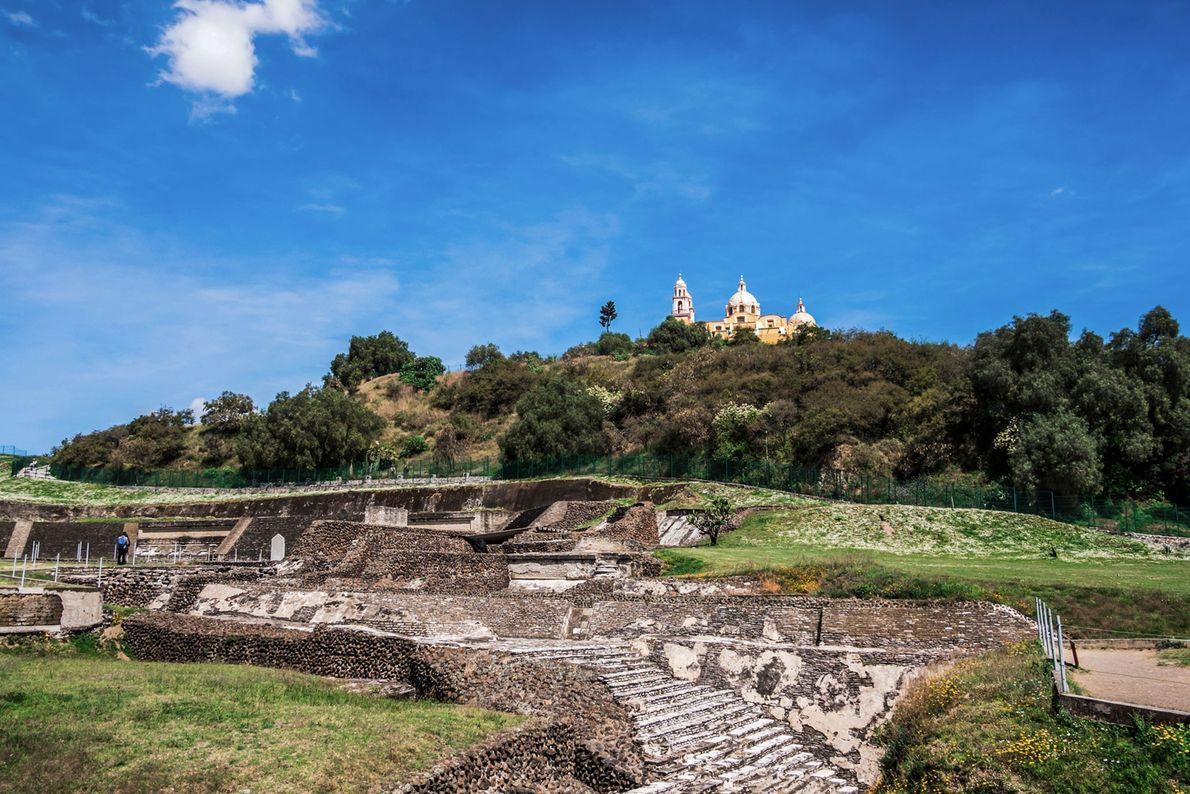 La pyramide fut construite à l'époque classique récente (600 - 900 de notre ère) et le ...