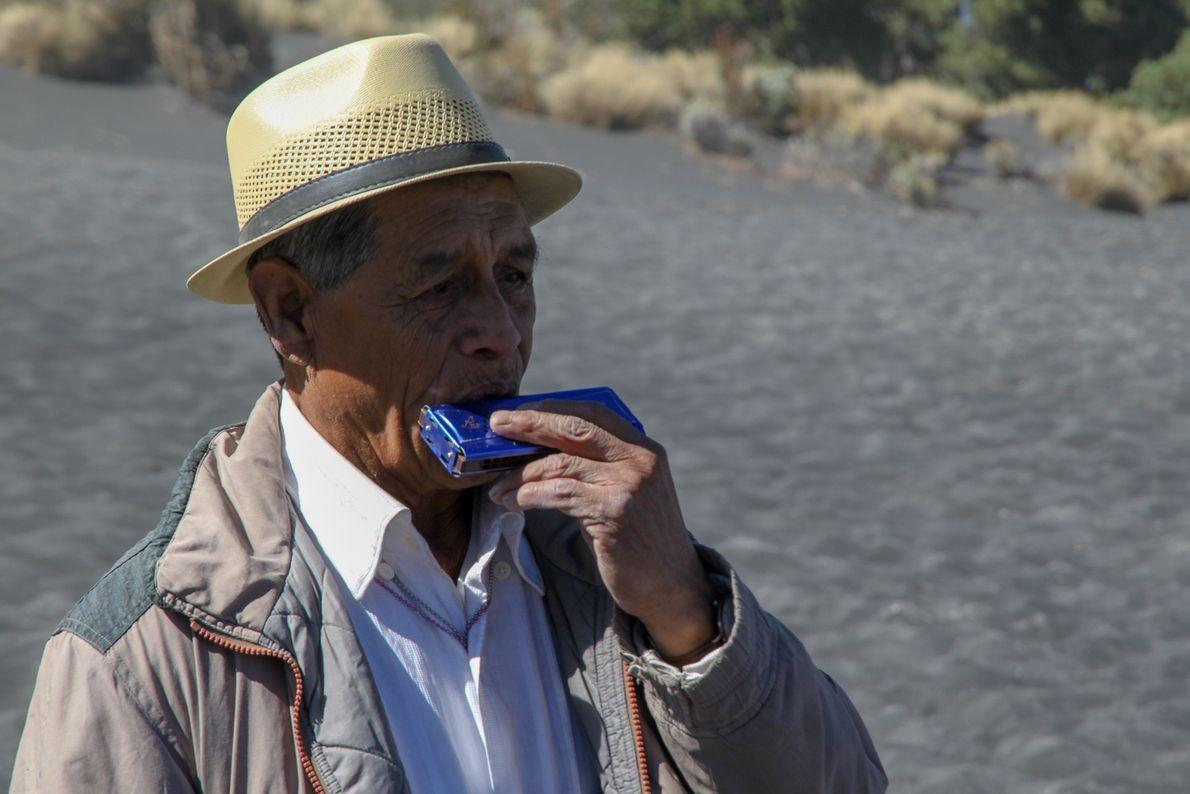 Antonio Analco, esprit du volcan, entonne à l'harmonica un air pendant que les fidèles tournent autour ...