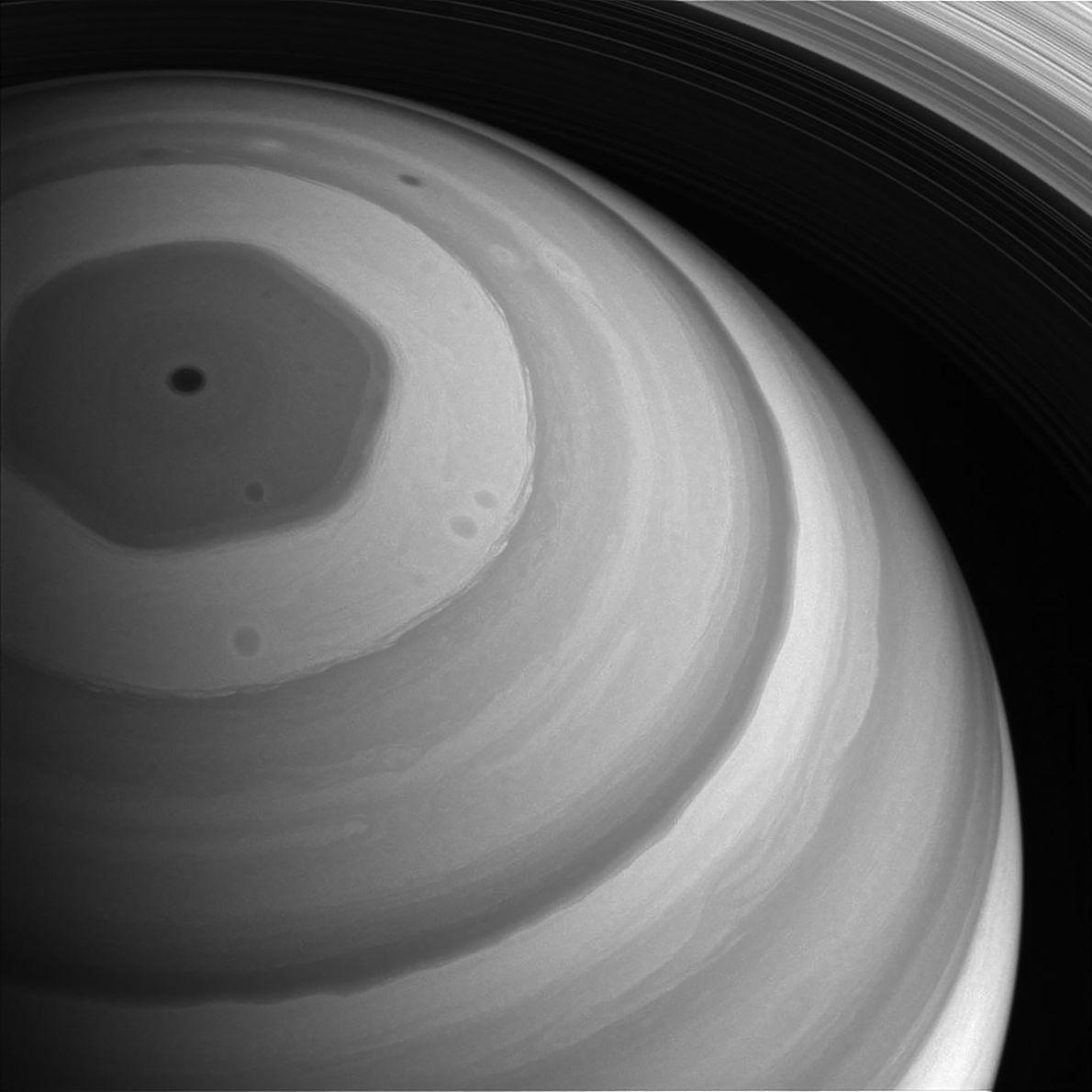 La région nord de Saturne est baignée de soleil dans cette image prise par Cassini fin ...