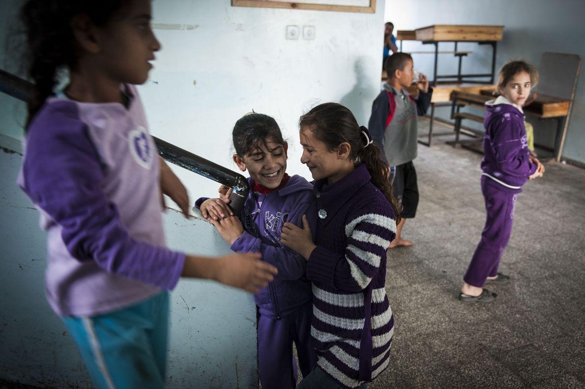 En 2012, des petites filles vivant dans un refuge des Nations Unies s'amusent un bref instant ...