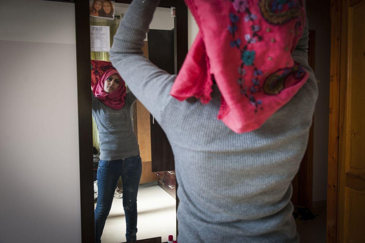 À Gaza, rares sont les filles qui ne portent pas le voile. Ci-dessus, Doaa met soigneusement ...