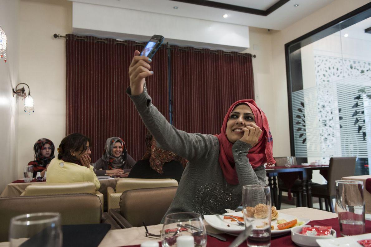 En 2012, Doaa prend une photo d'elle dans un café branché de la ville de Gaza.