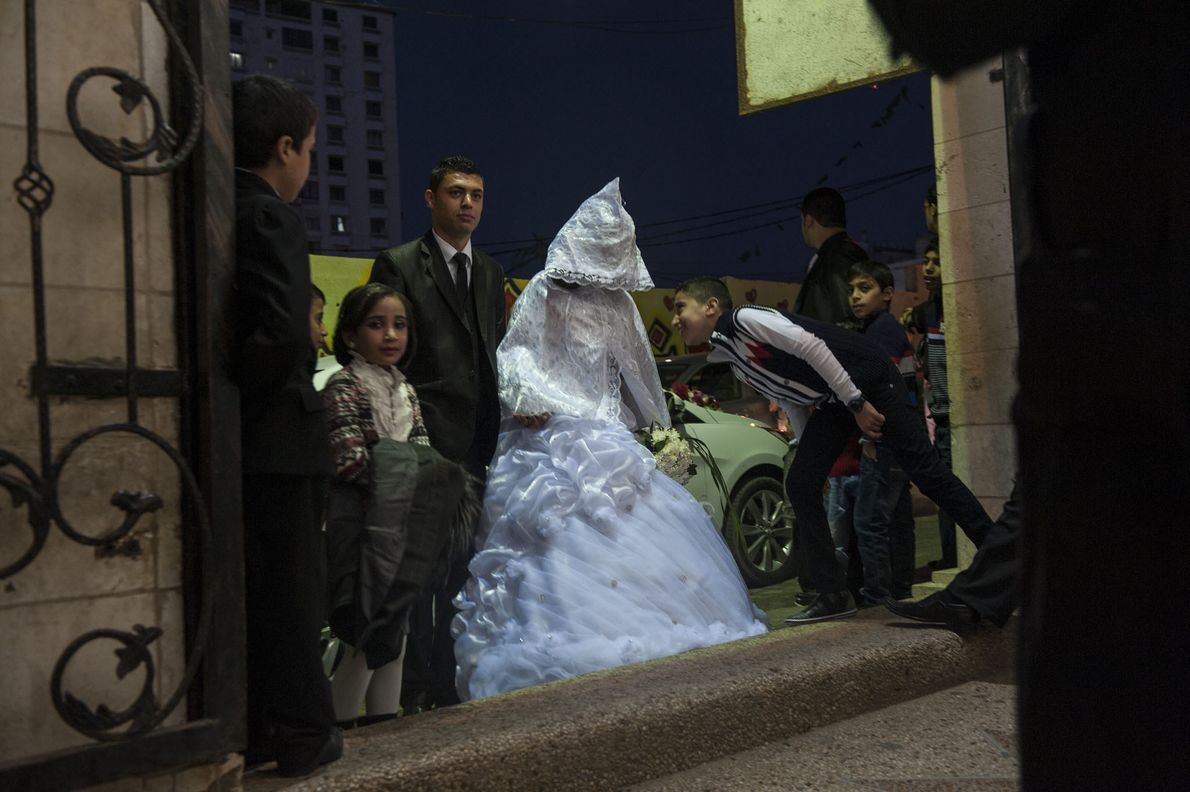 Une mariée s'apprête à faire son entrée dans la salle de mariage. Le jour de leur ...