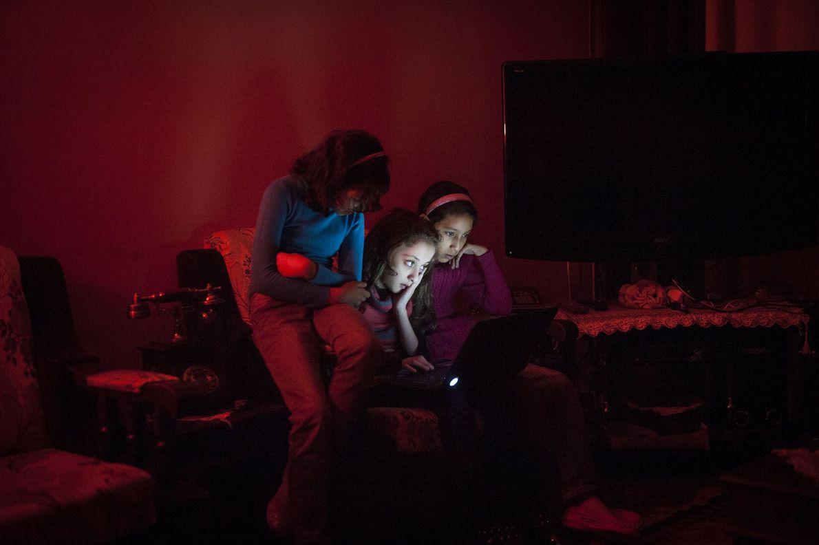 Yara et ses amies préparent un numéro de danse lors de l'une des nombreuses pannes d'électricité. ...