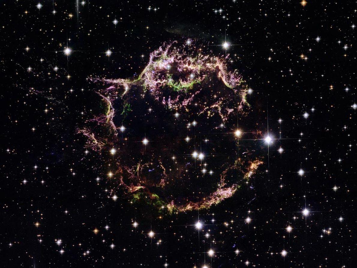 Cette image du télescope spatial Hubble offre une vue rapprochée des rémanents de la supernova Cassiopée ...