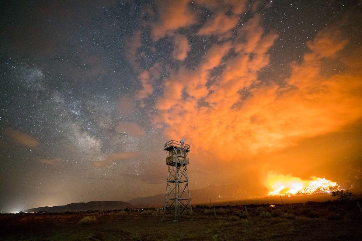 Près de Lone Pine, en Californie, l'incendie Georges illumine le ciel nocturne. Le brasier s'est étendu ...
