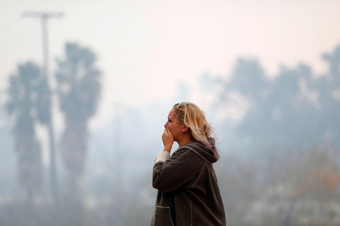 Le 9 novembre, une femme constate les dégâts de l'incendie Woolsey à Malibu, en Californie. Le ...
