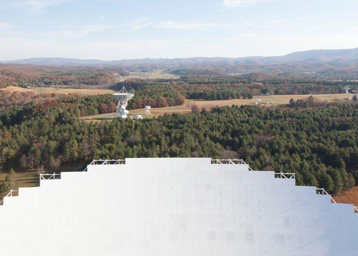 Les nombreux radiotélescopes de l'Observatoire sont visibles depuis le bord de la parabole du télescope de ...