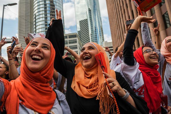 Dans le centre-ville de Houston, des musulmans américains participent à la ticker-tape parade en l'honneur des ...