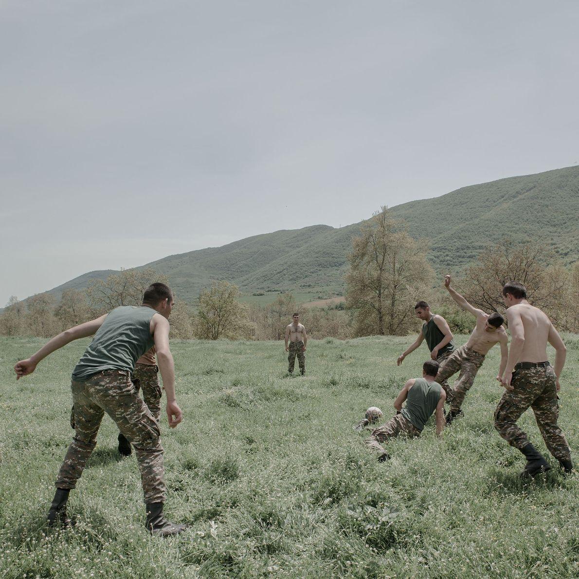 Les jeunes soldats jouent au football dans un village situé à proximité de la frontière iranienne.