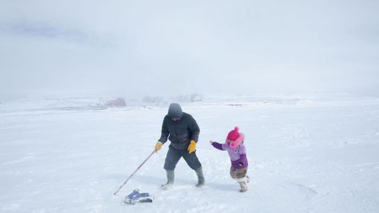 Darcy Enoogoo tire un jouet motoneige avec sa fille, Alana, lors de la pause thé au ...